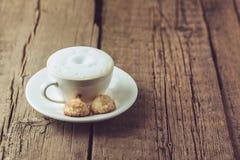 Tasse de café et de biscuits faits maison de noix de coco sur le dessert savoureux de noix de coco du vieil de fond espace horizo photos libres de droits