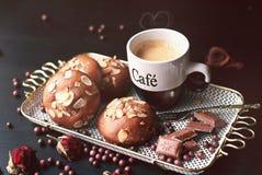 Tasse de café et biscuits et morceaux de chocolat Photos stock