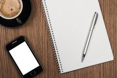 Tasse de café et bloc-notes vide au-dessus de table en bois Photo stock