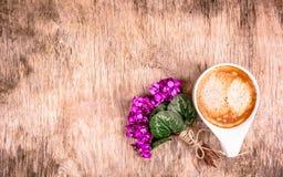 Tasse de café et bouquet des fleurs sur le fond en bois Violettes sensibles et café parfumé Photo libre de droits