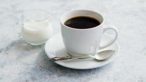 Tasse de café et de broc de lait banque de vidéos