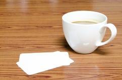 Tasse de café et carte de visite professionnelle de visite Photos stock