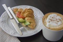 Tasse de café et croissants cuits au four frais images libres de droits