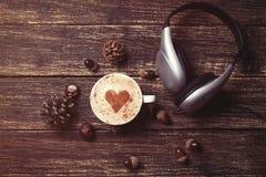 Tasse de café et d'écouteurs Image stock