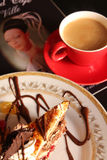 Tasse de café et d'un morceau de gâteau Photos stock