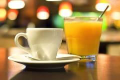tasse de café et d'un verre de jus d'orange Photos stock
