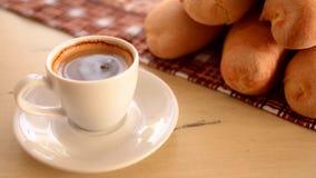 Tasse de café et de baguette chauds banque de vidéos
