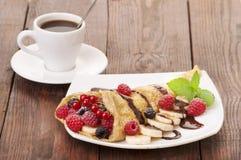 Tasse de café et de crêpes avec des baies Images stock