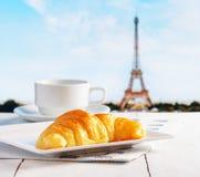 Tasse de café et de croissant à Paris Photographie stock libre de droits