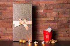 Tasse de café et de décor de Noël Image stock
