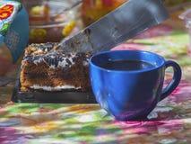 Tasse de café et de gâteau sur la table Photo libre de droits