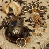 Tasse de café et de grains de café chauds Photographie stock libre de droits
