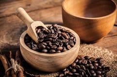 Tasse de café et de grains de café sur la table en bois Images stock