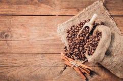 Tasse de café et de grains de café sur la table en bois Photo stock