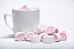 Tasse de café et de guimauve rose Photo libre de droits