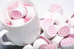 Tasse de café et de guimauve rose Image libre de droits