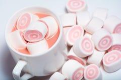 Tasse de café et de guimauve rose Images libres de droits