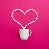 Tasse de café et de guimauves sur le fond rose Coeur Configuration plate Vue supérieure Photo libre de droits
