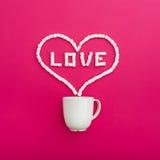 Tasse de café et de guimauves sur le fond rose Coeur Configuration plate Vue supérieure Photographie stock libre de droits