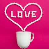 Tasse de café et de guimauves sur le fond rose Symbole de coeur et amour de citation Configuration plate Vue supérieure Image libre de droits