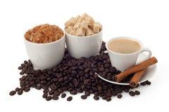 Tasse de café et de haricots avec du sucre et la cannelle Images libres de droits