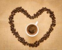 Tasse de café et de haricots frais d'expresso Images stock