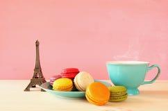 Tasse de café et de macaron coloré Images stock