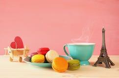 Tasse de café et de macaron coloré Photographie stock