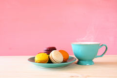 Tasse de café et de macaron coloré sur la table en bois Image libre de droits