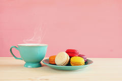 Tasse de café et de macaron coloré sur la table en bois Image stock