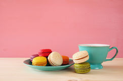 Tasse de café et de macaron coloré sur la table en bois Photos stock