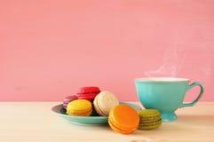 Tasse de café et de macaron coloré sur la table en bois Photo libre de droits