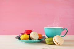 Tasse de café et de macaron coloré sur la table en bois Images stock