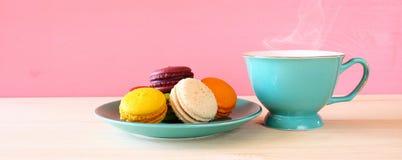 Tasse de café et de macaron coloré sur la table en bois Photographie stock