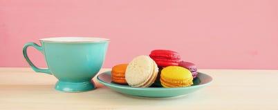 Tasse de café et de macaron coloré sur la table en bois Photo stock
