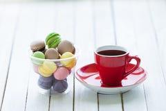 tasse de café et de macarons Photos stock