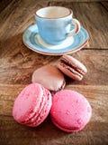 Tasse de café et de macarons français Photos libres de droits