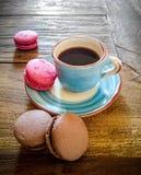 Tasse de café et de macarons français Photo libre de droits