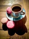 Tasse de café et de macarons français Image stock