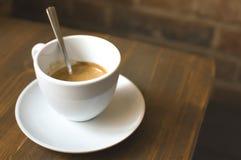 Tasse de café et de mur de briques Photographie stock