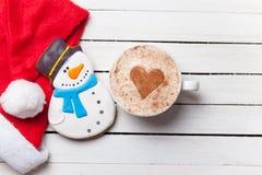 Tasse de café et de pain d'épice de Noël image stock