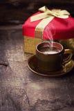 Tasse de café et de présent Image libre de droits