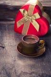 Tasse de café et de présent Images stock