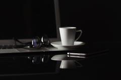 Tasse de café et de téléphone intelligent au-dessus de fond foncé photos libres de droits