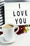 Tasse de café et de texte je t'aime dans un lightbox Photo stock