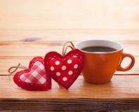 Tasse de café et de tissu fait main de coeur sur en bois Image libre de droits