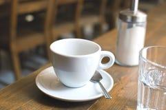 Tasse de café et de verre de l'eau Photographie stock