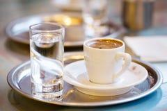 Tasse de café et de verre de l'eau Photos stock