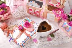 Tasse de café et de vieilles lettres d'amour dans le paysage romantique Photos libres de droits