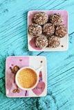 Tasse de café et des bonbons au chocolat sur un fond bleu Images libres de droits
